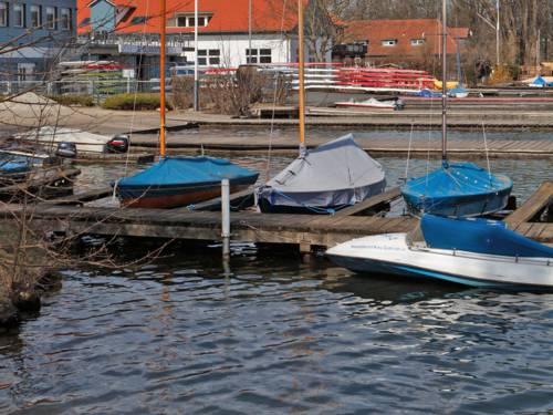 Verschiedene kleine Boote schaukeln an einem Steg im Maschsee.
