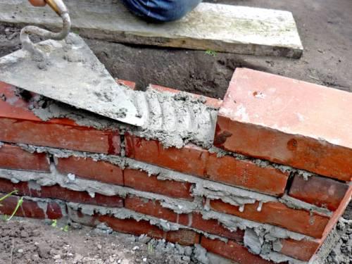 Jemand mauert eine Wand