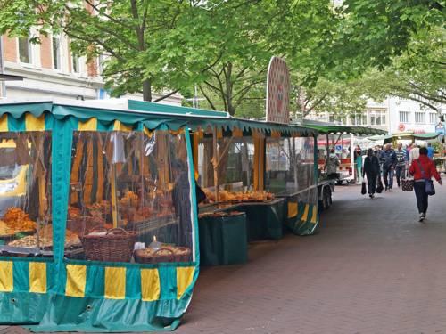 Stand mit Trockenfrüchten auf dem Wochenmarkt
