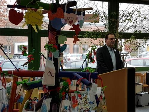 Bezirksbürgermeister Göbel hält eine Ansprache zur Eröffnung der Aussstellung.