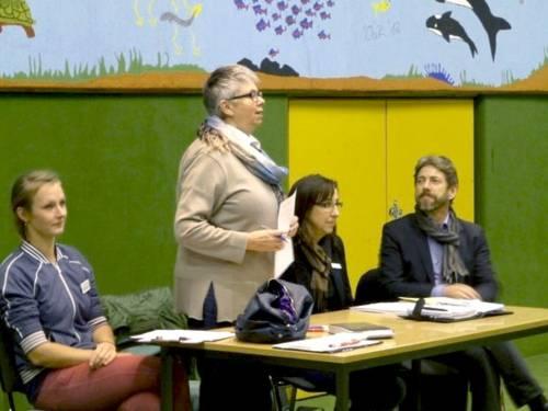 Bezirksbürgermeisterin Schlienkamp im Gespräch mit den Bürgerinnen und Bürgern.