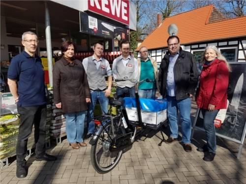 von links nach rechts: Herr Brandt (ADFC), Bezirksratsfrau Grammel (DIE LINKE.), Herr Bräutigam (Rewe), Herr Schwindt (Rewe), Bezirksratsherr Egyptien (Piraten), Bezirksbürgermeister Göbel (SPD), Stellv. Bezirksbürgermeisterin Nolte-Vogt (Bündnis 90/Die Grünen).