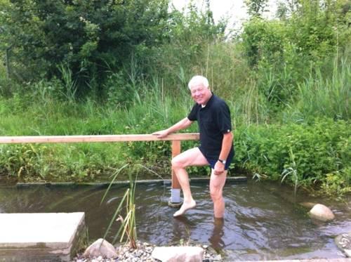 Ein älterer Herr beim Wassertreten in der Fösse.