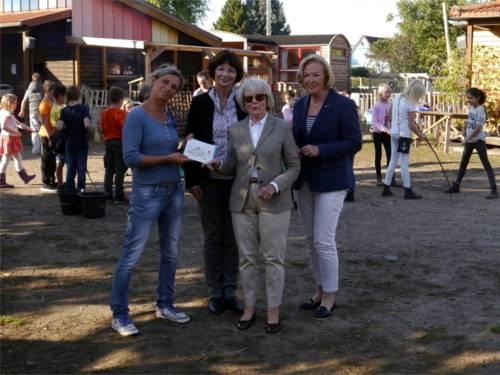 Frau Michalke, Frau Vogels-Beydals und Frau Dr. Fink-Tornau vom Inner Wheel Club Hannover-Opernhaus überreichen eine Spende für den Stadtteilbauernhof.