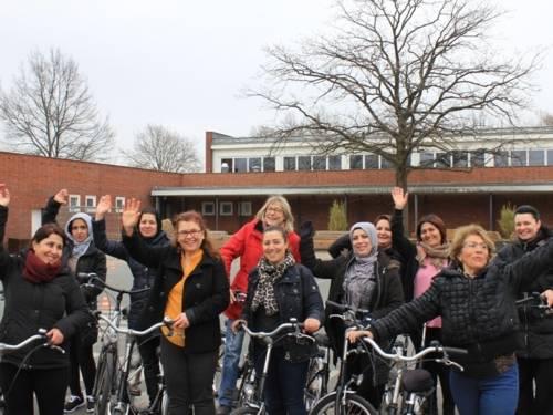 Eine Gruppe von Frauen mit Fahrrädern.