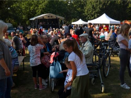 Viele Menschen feiern zusammen auf einem Stadtfest.