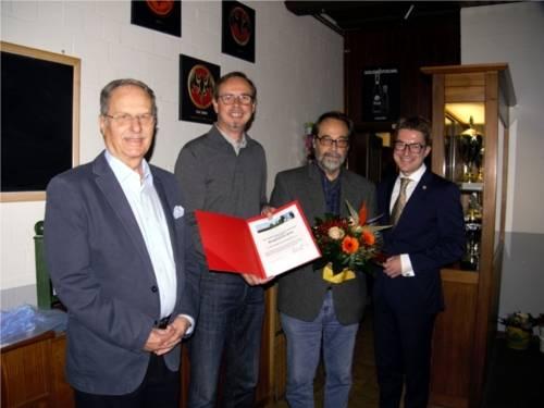 Bürgerpreisträger 2016 (Bürgerverein Kleefeld) und Bezirksbürgermeister Henning Hofmann.