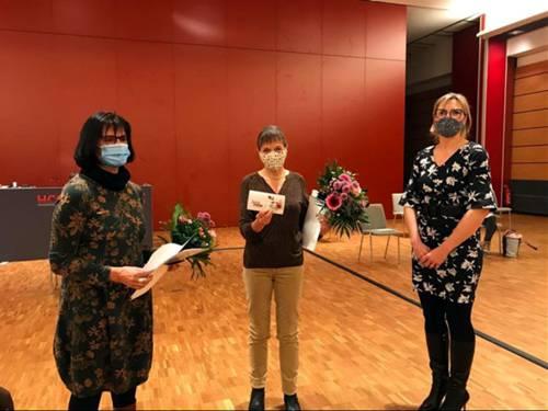 Die Bezirksbürgermeisterin Johanna Starke nach ihrer Laudatio mit den Integrationspreisträgerinnen Frau Birgit Saalfrank (links) und Frau Christina Jäger (Mitte).