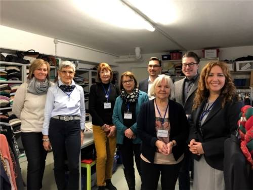 Das Team der Kleiderkammer mit Michael Huwald (Firmengruppe Gundlach), Henning Hofmann (Bezirksbürgermeister) und Hülya Feise (gEMiDe e.V.)
