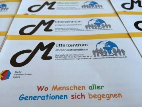 Zu sehen sind mehrere Flyer des Mütterzentrums/ Mehrgenerationenhauses e.V. in Döhren.