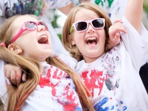 Auf dem Bild sind zwei Mädchen zu sehen, die sich sehr freuen.