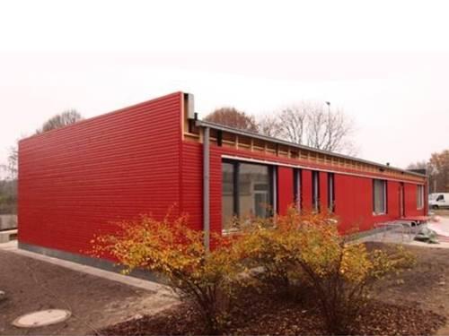 Die neuen Räumlichkeiten des Jugendtreffs Anderten mit roter Fassade.