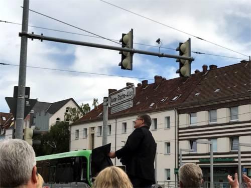 """Feierliche Enthüllung des Straßenschildes """"Anne-Stache-Allee""""."""