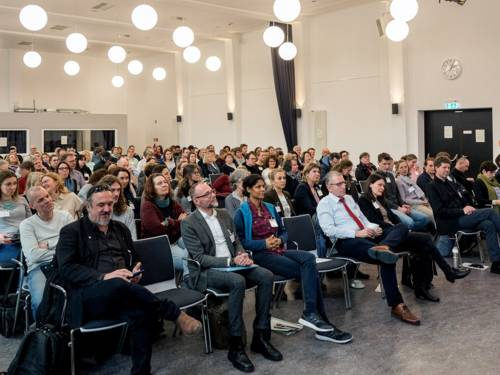 Ein sitzendes Publikum