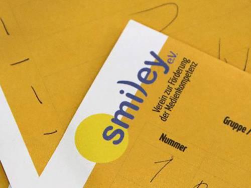 Schreibblock mit dem Logo von Smiley e.V., dem Verein zur Förderung der Medienkompetenz