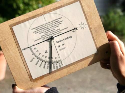 Auf einer Skala kann man die solare Leistung ablesen