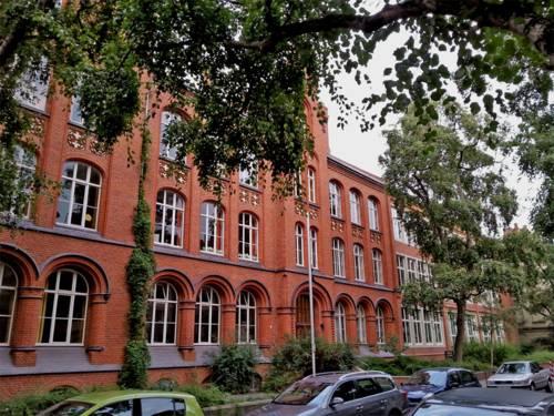 Die Grundschule Alemannstraße ist in einem roten Backsteingebäude mit historischem Flair untergebracht.