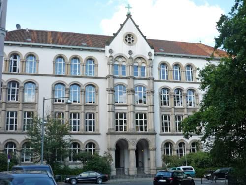 Die Grundschule Bonifatiusschule ist ein mehrstöckiges, historisches Gebäude mit hohen Räumen und Säuleneingang.