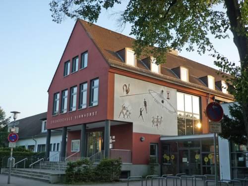Der Eingang zur Grundschule Vinnhorst im Morgenlicht