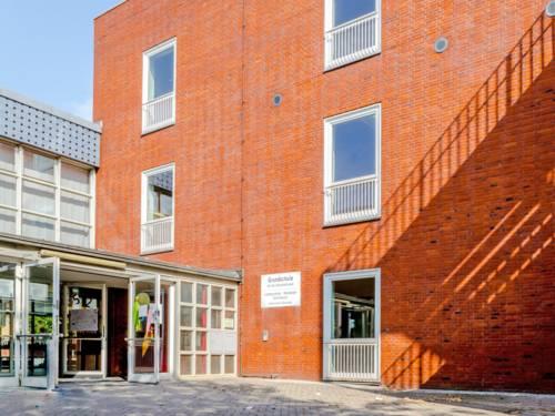 Am Eingang zur Grundschule An der Uhlandstraße sind Schultüten in Papierform an die Türen geklebt, die offen stehen. Die Schule ist in einem mehrstöckigen Backsteinbau untergebracht.