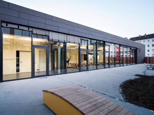 Eingeschössiger Neubau der Mensa mit großer Fensterfront