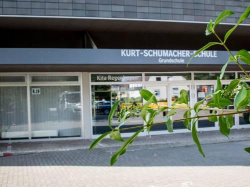 Fensterfront und Eingang der Kurt-Schumacher-Schule