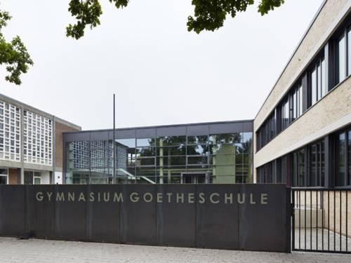 Teilansicht des zweigeschossigen Gebäudes des Gymnasiums Goetheschule, neuer und alter Trakt