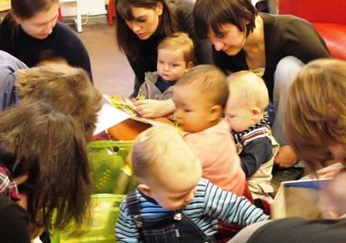 Babies in der Bibliothek