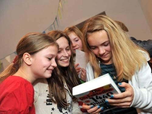 vier lesende Mädchen