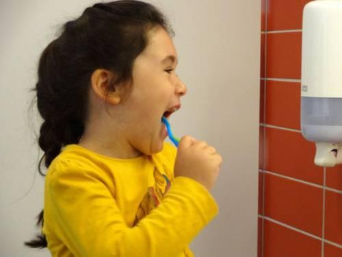 Ein Mädchen putzt sich die Zähne