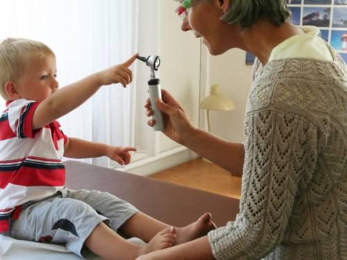 Kind spielt mit Untersuchungsinstrument