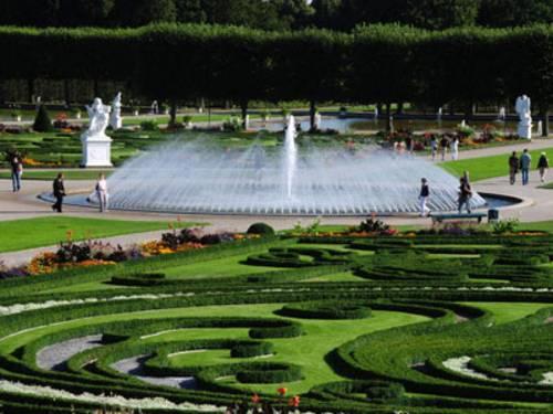 Ein Brunnen mit einer Glockenfontäne umgeben von einem Park