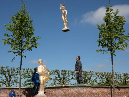 """Die Goldfiguren """"schweben"""" ins Gartentheater, Mitarbeiter von Haber & Brandner"""