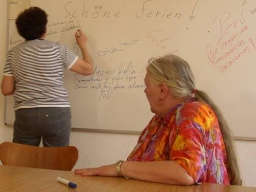 Tafel mit der Übersetzung von Schöne Ferien in Teilnehmersprachen