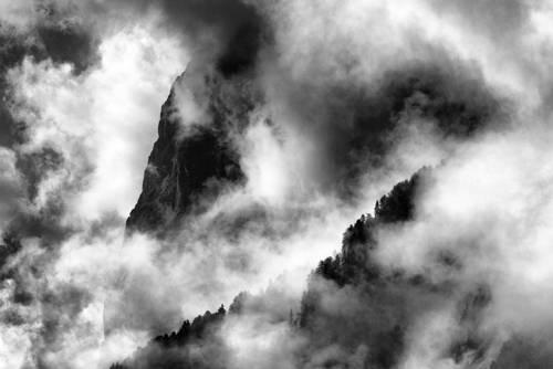 von Wolken / Nebel umhüllte Berghänge