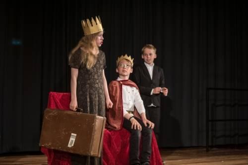 Drei Kinder verkleidet auf der Bühne
