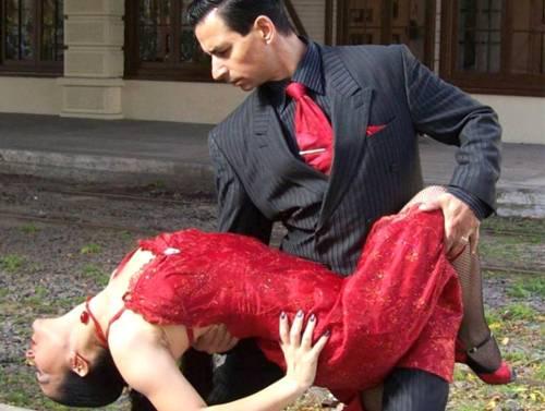 Germán und Lili tanzen Tango, er im schwarzen Anzug und sie im roten Kleid