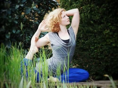 Zu sehen ist eine Frau in einer Yoga-Position.