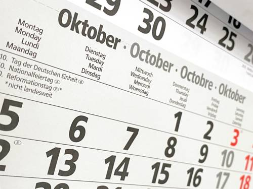 Ein Wandkalender, der den Oktober zeigt