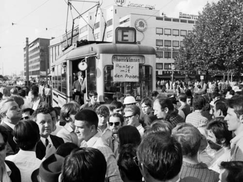 Rote-Punkt-Aktion. Blockade der Straßenbahn auf dem Steintor-Kreisel, Richtung Goethestraße. Foto von Wilhelm Hauschild, vermutlich 10.06.1969.