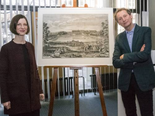 Dr. Annika Wellmann-Stühring und Dr. Andreas Urban neben einer Grafik des Schlosses Versailles