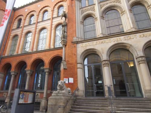 Die Außenansicht auf ein historisches Gebäude mit großer Freitreppe in der Mitte.