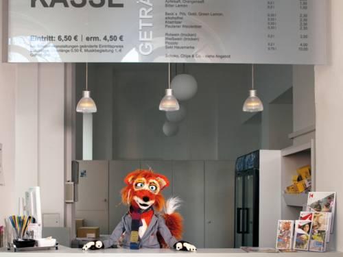 Eine Fuchs-Stoffpuppe an einer Kinokasse