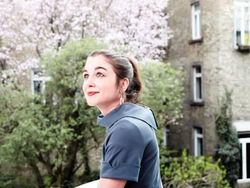 Silke Scheuermann im Portrait, im Hintergrund Bäume und Häuser