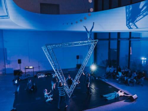 Eine Gruppe junger Akrobaten bei einer Aufführung vor Publikum.