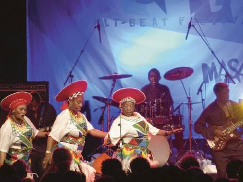 The Mahotella Queens gehören als drei- bis fünfköpfige Vokalgruppe zu den bekanntesten Vertretern des Mbaqanga, eines populären südafrikanischen Musikstils.
