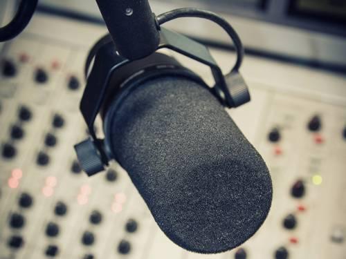 Der Norddeutsche Rundfunk und viele private und bürgerlich betriebene Sender sorgen für eine ausgewogene Bandbreite.