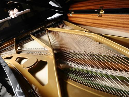 Neue Musik ist der Sammelbegriff für eine Fülle unterschiedlicher Strömungen der komponierten, mitteleuropäisch geprägten Musik von etwa 1910 bis zur Gegenwart.