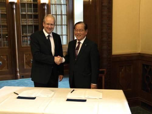 Oberbürgermeister Stefan Schostok und Dong Jin Kim (Lord Mayor, Tongyeong) unterzeichnen das Memorandum.