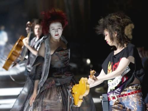 """Die KunstFestSpiele Herrenhausen 2015 starteten mit einer spektakulären Melange aus Musik, Mode, Oper und Theater. Ludger Engels und Vivienne Westwood brachten den """"Semele Walk"""" auf die Bühne."""